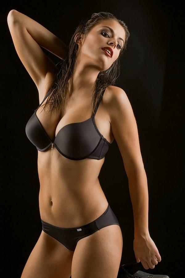 sujetador copa B con doble push up. Escote pronunciado. color negro