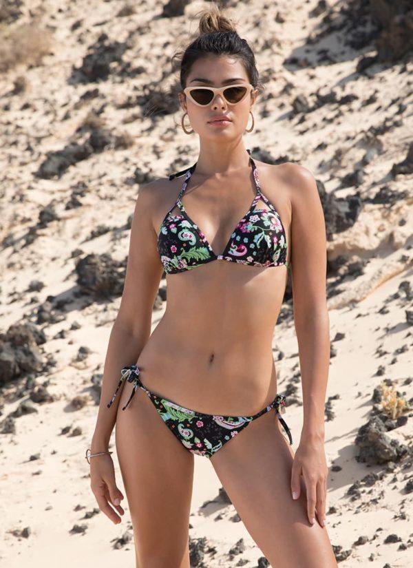 bikini push up sin aros copa B atado al cuello braga baja atada a los laterales con cintas. Estampado fondo negro
