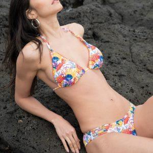 bikini triangulo con relleno sin aros atado al cuello. Braga bikini baja anudada en el lateral. Estampado de peces teja y amarillos