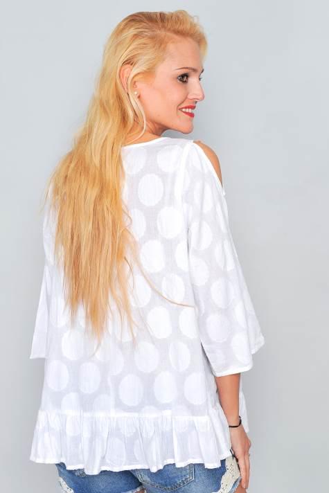 blusa blanca manga francesa y hombro descubierto. Detalle en el pecho de lentejuelas. Escote pico
