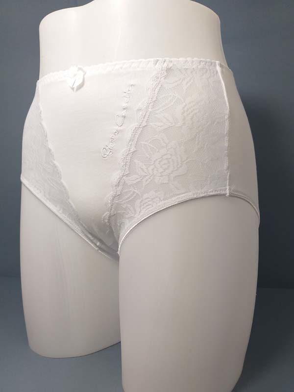 braga de algodón con encaje en los laterales. Muy alta. Color blanco