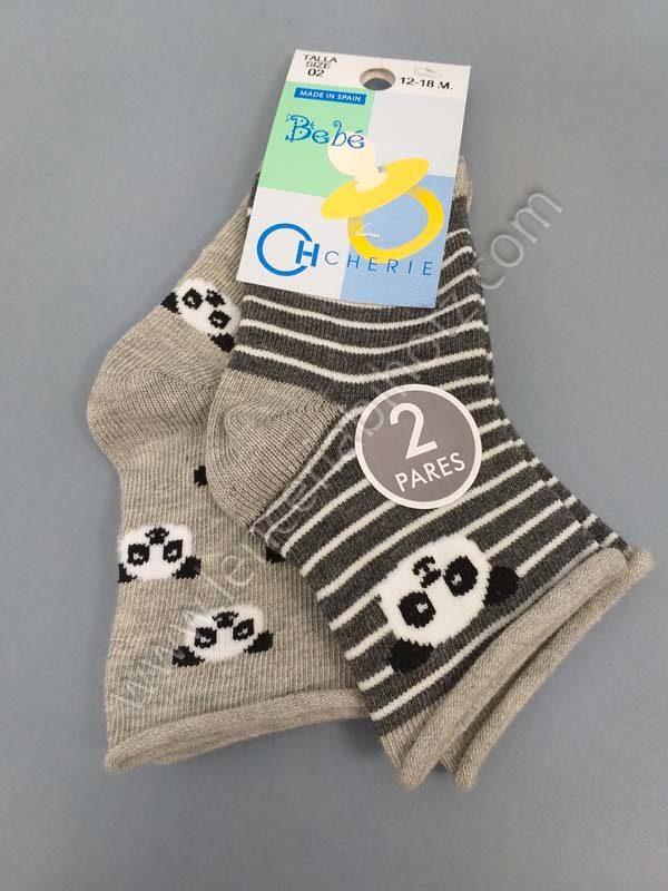 calcetín bebe pack de 2 unidades sobre tonos grises. Sin puño. Uno con rayas y otro con estampado de ositos panda