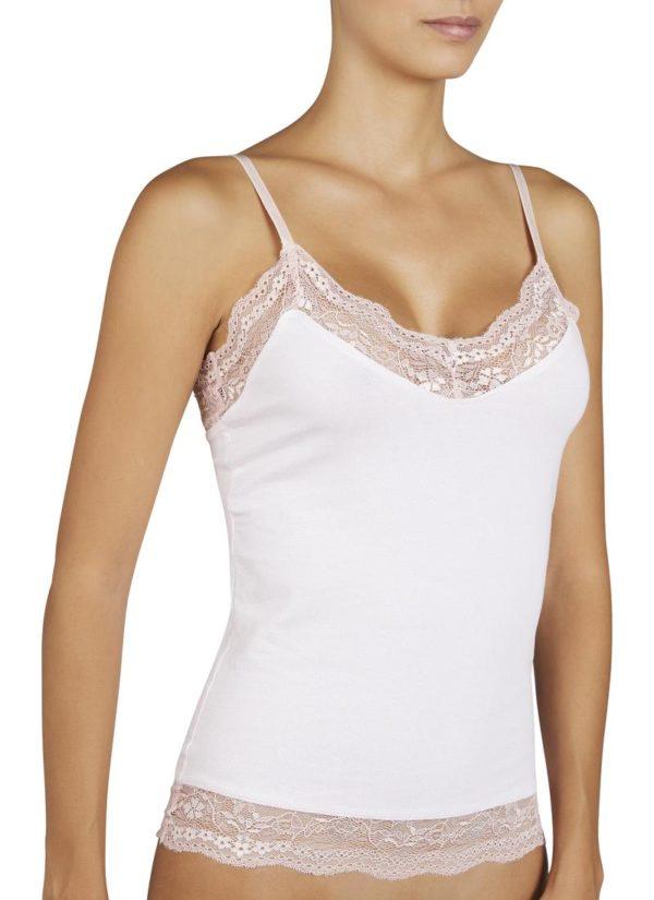camiseta encaje en escote y espalda con tirante fino. Encaje en la parte inferior. Color rosé