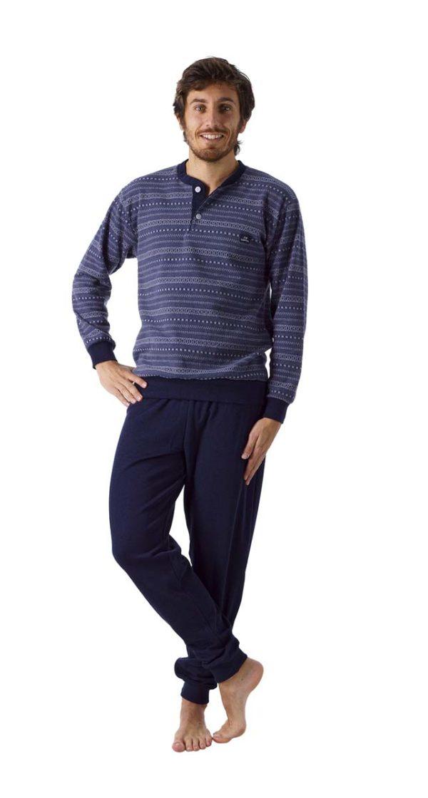 pijama hombre con botones de felpa interior. Tapeta y puño en el pantalón, y en las mangas. Estampado de grecas sobre fondo azul