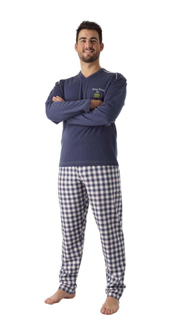 pijama hombre azul con pantalón de cuadros. Camiseta azul con letras en el pecho.