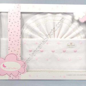 juego de sabanas minicuna con puntilla con corazones rosas en el embozo