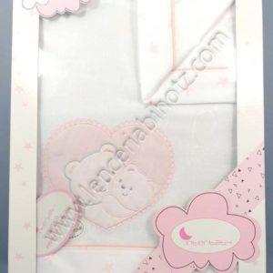juego de sabanas de minicuna rosa. Con bordado de corazon con ositos.