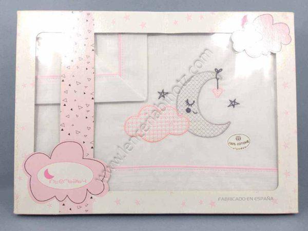 juego de sabanas de minicuna rosa. Con bordado de luna y remates en rosa.
