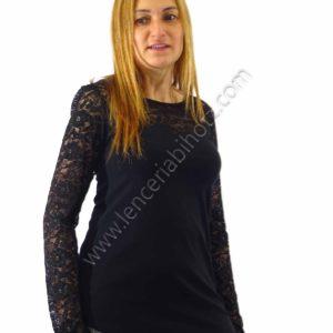 camiseta de encaje negro de algodon. Encaje en hombros, mangas y escote.