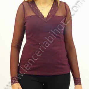camiseta manga larga den color berenjena, con mangas transparente y escote en pico rematado con encaje
