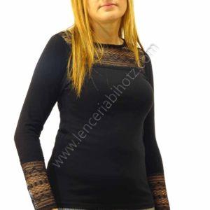 camiseta manga larga negra con puños de encaje y en escote. Cuello redondo