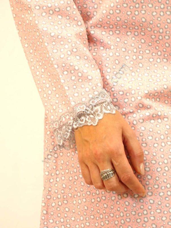 camison rosa manga larga estampado manchas, con botones y bolsillo con encaje. Puntilla en puños