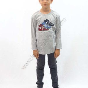 camiseta de niño color gris jaspeado de manga larga. Dibujo estampado de unas convers en el centro.