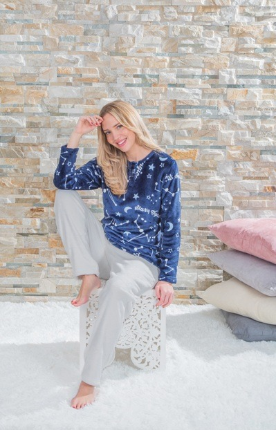 pijama tacto coralina con pantalon gris claro y camiseta azul marino con abertura de boton