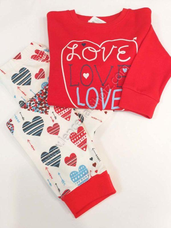 pijama niña con puño. Camiseta roja con un corazon. Pantalon estampado corazones y flechas en fondo crudo