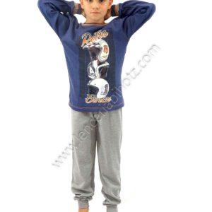 pijama para niño con pantalon de puño gris, con estampado de cascos de moto en la camiseta. Fondo azul.