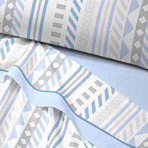 sabana termica azul con estampado que combina rayas y geometricos. Bajer lisa ajustable