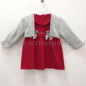 vestido punto rojo con lazos en el pecho en gris y bodoques y cuellos. Caqueta gris abierta