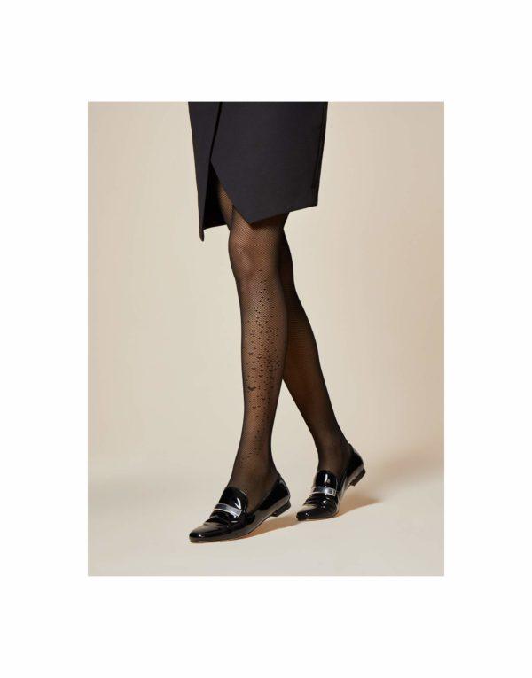 media panty de red muy fina negra con detalle de corazones en la pierna