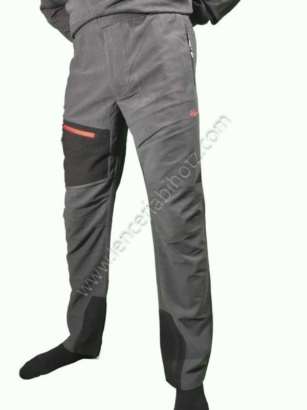 pantalon micropana hombre con bolsillo de cremallera lateral. Petacho negro en el muslo derecho con bolsillo de cremallera con detalle en rojo.