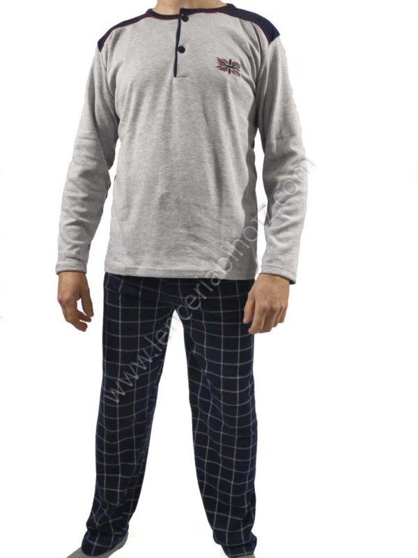 pijama hombre afelpado interior camiseta gris con botones. Pantalon negro de cuadros