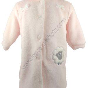 bata para bebe en rosa pastel. Con cuellos, botones y bolsillos y puños. Bordado de oveja en el lado izquierdo
