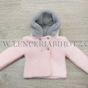 chaqueta de punto rosa con pelito en el gorro gris brillante.