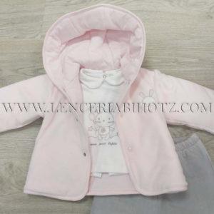 conjunto bebe acolchado 3 piezas en rosa y pantalon gris. Chaqueta corchetes y gorro. Camiseta cuellos