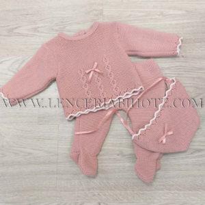 Conjunto de punto grueso para bebe en rosa maquillaje, con gorrito capota con lazo. Polaina