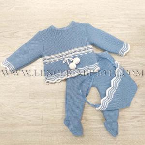 Conjunto de punto grueso para bebe con gorro. Color azul jeans. Jersey con pompones y terminado en picos. Polaina
