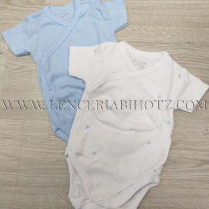 pack de 2 bodys para bebe de manga corta con abertura delantera con corchetes. Uno azul celeste y otro blanco con estrellas en azul