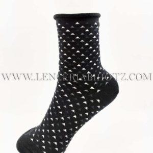 calcetin negro puño sin goma de rulo. Fondo negro estampado triangulitos blancos