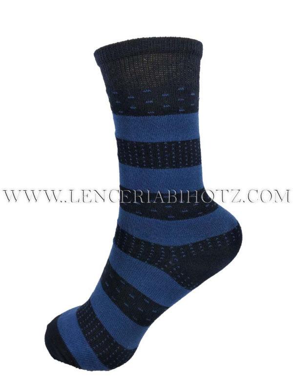 calcetin de niño de rayas azules sobre fondo marino