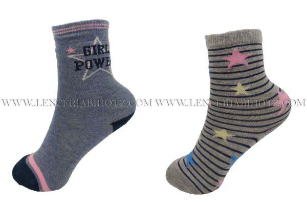 Pack calcetines. Uno azul con letras y el otro gris jaspeado con rayas en marino y estrellas en diferentes colores