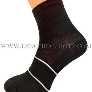 calcetin tobillero alto con dos rayas blancas en el empeine y zona transpirable. Color negro
