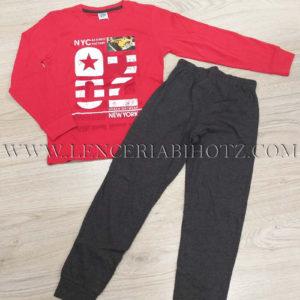 pijama niño largo de algodon con camiseta roja con estampadoo de letras y pantalon con puño liso