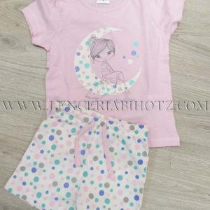 pijama para niña de verano, con pantalon corto de lunares y camiseta manga corta malca con una luna estampada y una chica sentada