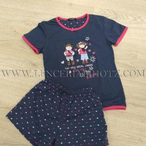 pijama para verano de niña en color marino con pantalones de corazones y camiseta manga corta dibujo de niñas scouts