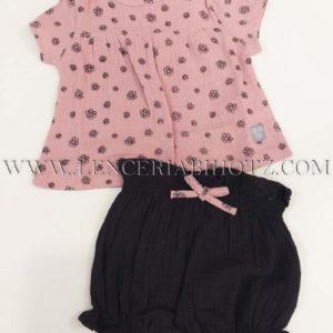 camisa rosa con flores y bermuda marron oscuro con lazo en rosa. Tejido extra suave de muselina