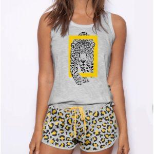 pijama pantalon corto y camiseta tirante ancho. Gris con estampado de leopardo