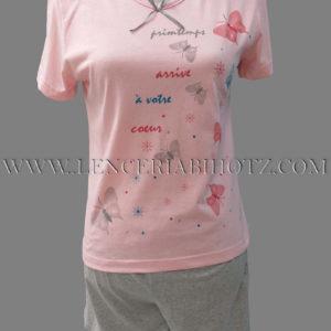 pijama cuello pico con camiseta en rosa pastel con mariposas, y pantalon corto gris jaspeado