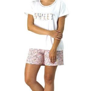 pijama manga corta camiseta en crudo y pantalon color salmon estampado flores y ramas