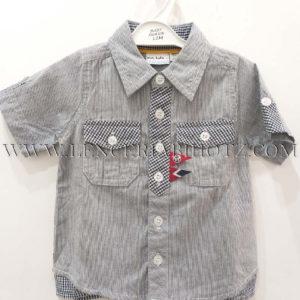 camisa algodon bebe manga corta con rayas y letras en espalda. Bolsillos grandes delanteros