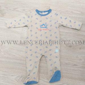 pijama bebe beige con remate cuello y plantas de los pies en azul. Estampado barcos sobre fondo beige, abertura trasera vertical y entrepierna