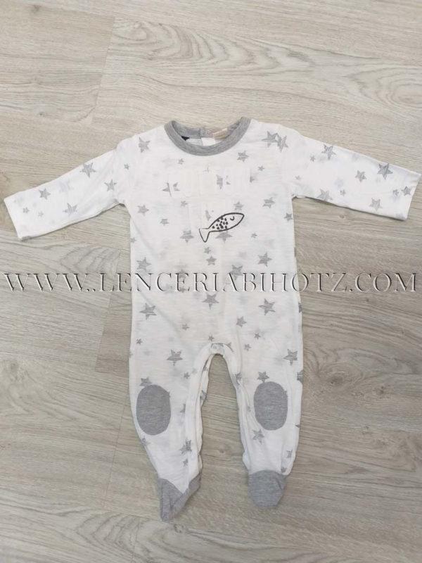 pijama bebe blanco con estrellas en gris, a juego con el cuello, las rodilleras y los pies. Abertura trasera con corchetes