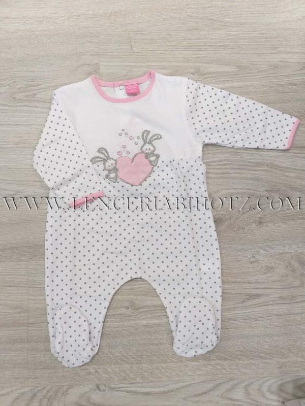 pijama blanco con motas en gris, y remates en rosa. Dibujo de conejitos. Abertura en T trasera