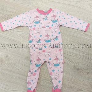 pijama bebe largo rosa pastel estampado, con remates y pies en fuxia. Abertura trasera en T