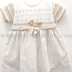vestido clasico de manga corta. Cuerpo de punto en blanco y beige, lazo en la cintura. Falda estampada con detalles en dorado
