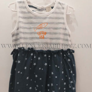 vestido tirantes con rayas grises y blancas, y falda marino con estrellas