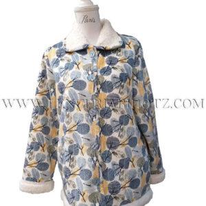 bata corta con borrego interior y remate en cuellos, bajo y mangas. Estampado de hojas sobre azules y mostaza. Botones